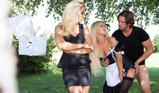 Молодая хозяйка-блондинка мутит групповуху с прислугой...