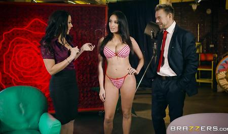Телеведущий занимается сексом с двумя темноволосыми красавиц...