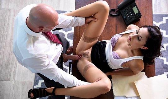 Старший менеджер дрючит красивую подчиненную на столе в офис...