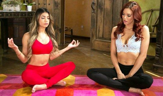 Две подруги начали с йоги, а кончили от орального секса в по...