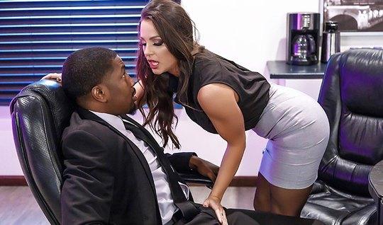 Развратная секретарша захотела черный член негра...
