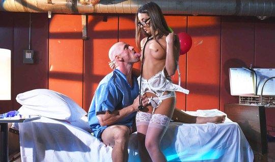 Лысый мужик подарил красотке страстный секс