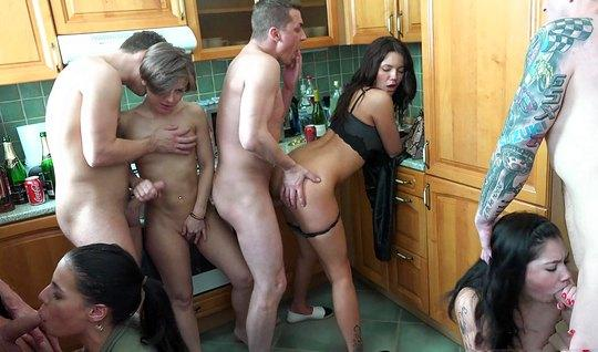 Мужики устроили на кухне домашнюю оргию со шлюхами...