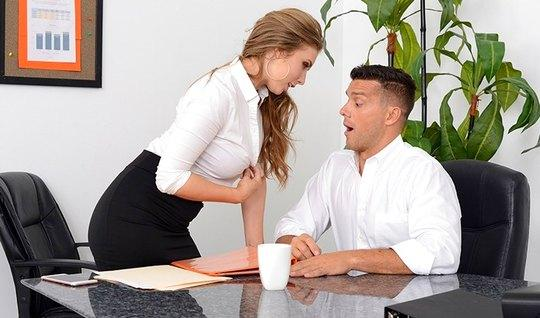 Секретарша с большими сиськами трахнулась с боссом...