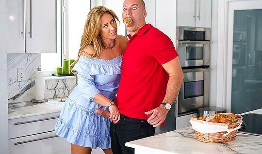 Толстушка с большими сиськами трахнулась с другом мужа...