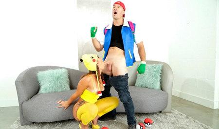Молодой человек играет в покемонов и дрючит красивую шлюшку...