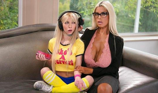 Грудастая женщина вылизала пизду молодой блондинке...