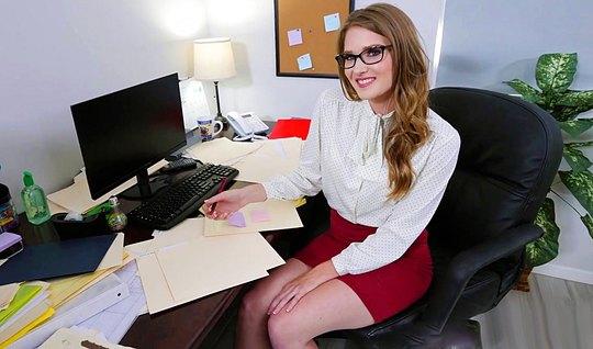 Парень с утра трахнул молодую секретаршу в офисе...