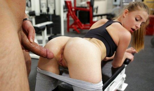 Красотка в лосинах дала мужику в пизду после тренировки...