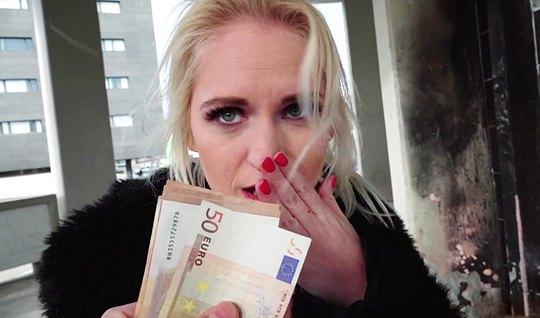 Блондинка за деньги сразу дала себя трахнуть незнакомцу...