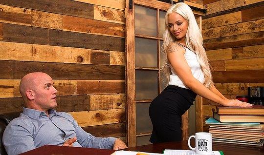 Сочная блондинка удовлетворила потребности своего босса...