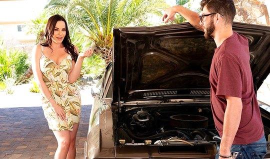 Паренёк починил даме машину и трахнул её у себя дома...
