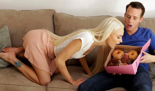 Молодая блондинка вместе с пончиками захотела член паренька...