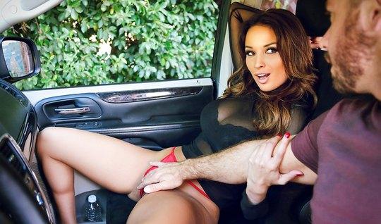 Сексуальная брюнетка трахнулась с незнакомцем в машине...