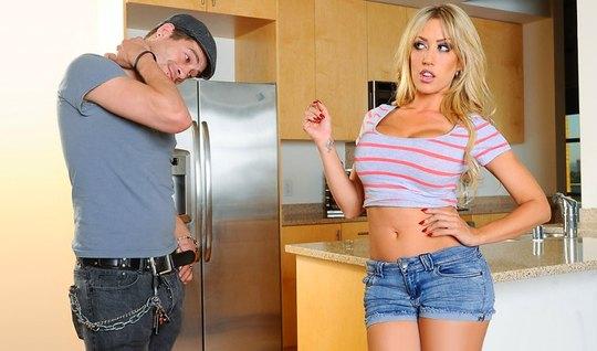 Сисястая блондинка показала парню большие сиськи и отдалась ...