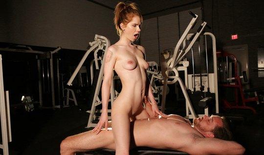 Похотливый фитнес-тренер жестко выебал в рот худую рыжуху...