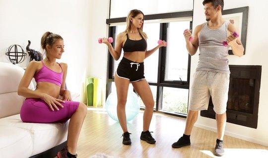 Две сисястые спортсменки трахаются с фитнес тренером в небол...