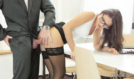 Шеф порет будущую секретаршу Carolina Abril на столе в офисе...