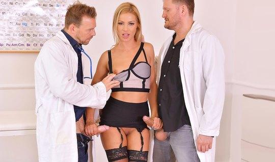 Два врача трахают красивую блондинку в чулках в необычных по...