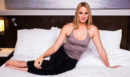 Красивая блондинка раздвигает ноги перед мускулистым незнако...