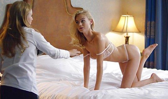 Две лесбиянки лижут промежности друг друга и голыми фотограф...