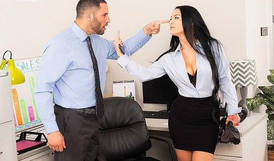 Деловая брюнетка в офисе стала перед боссом раком и удовлетв...