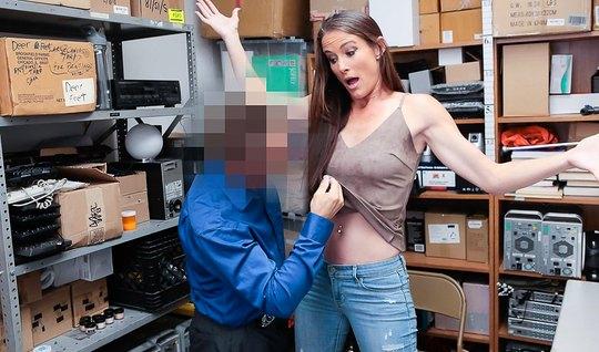 Деловой мужик в костюме трахает худую незнакомку на офисном ...