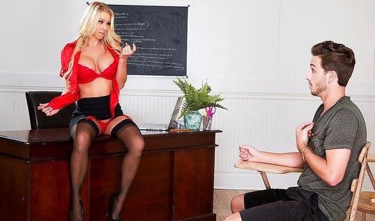 Мамка показала студенту большие сиськи и отдалась ему на сто...