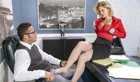 Светловолосая секретарша села на стол и отдалась боссу в офи...