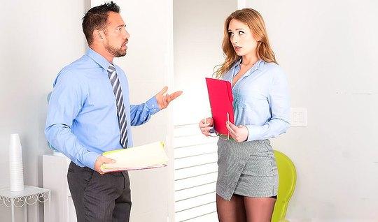 Белокурая секретарша в черных чулках трахается с боссом в оф...