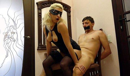Блондинка в латексе доминирует над непослушным парнем дома...