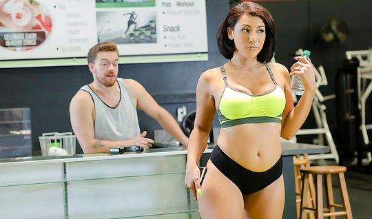 Сисястая брюнетка желает секса с тренером после физических н...