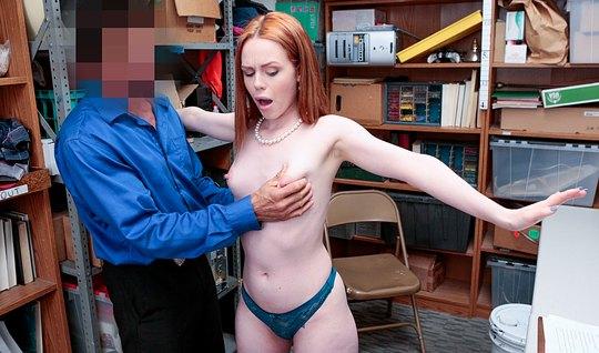 Рыжеволосая девушка отдалась мужчине в офисе на порку у стол...
