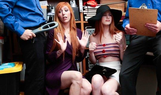 Две рыжие бабы ублажают мужчин в костюмах в небольшом офисе...