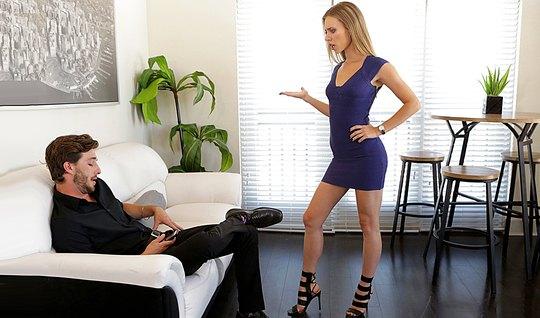 Блондинка в коротком платье пристает к небритому парню и тра...