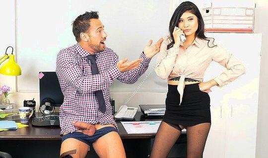 Красивая азиатка трахается с боссом на офисном столе и громк...
