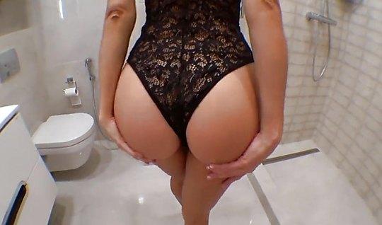 Телка в сексуальном боди отдалась мужику в туалете крупным п...