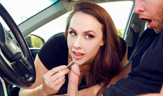 Брюнетка сделала минет мужику в машине и поимела его мохнатк...