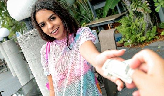 Девушка за деньги показала сиськи и делала незнакомцу глубок...
