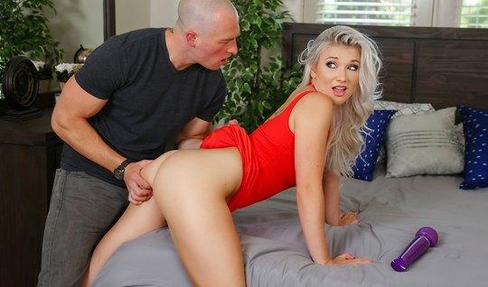 Блондинка подставляет выбритую киску для секса с лысым ухаже...