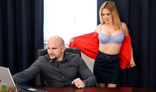Лысый начальник у себя в офисе трахает сексуальную блондинку...