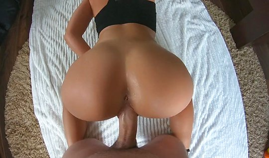 Парень с девушкой на видео камеру снимают домашнее порно в п...