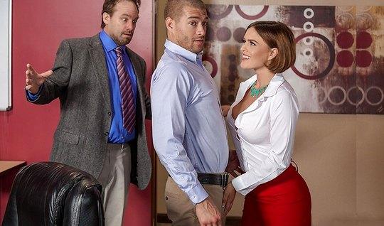 Девушка с накаченными сиськами в офисе трахается с бизнесмен...