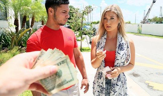 Блондинка за деньги берет в рот и трахается с другим на глаз...