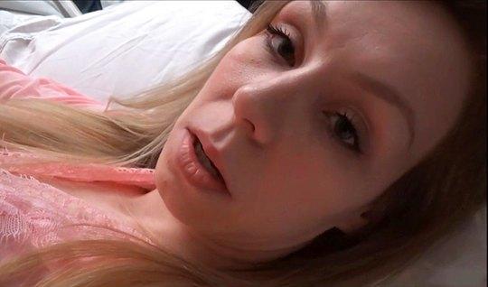 Развратная блондинка трахается с неизвестным мужчиной перед ...
