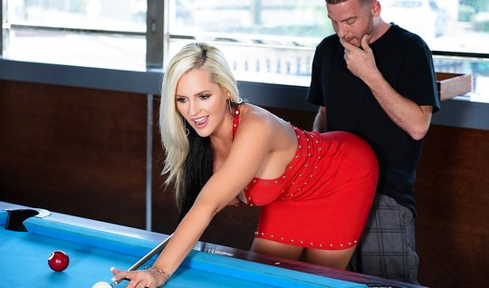 Сисястая блондинка не хочет играть в бильярд, а хочет трахат...