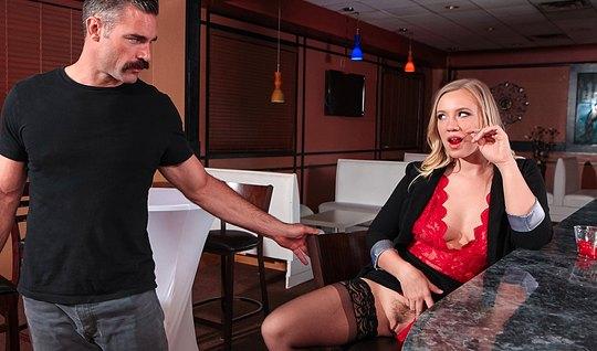 Блондинка в чулках соблазнила друга на кухне и страстно оття...