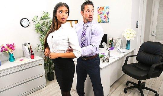 Шеф остался в офисе вдвоем с секретаршей и трахнул ее в мокр...