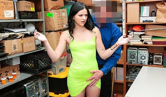 Сексуальная воровка оплачивает штраф охраннику своим роскошн...