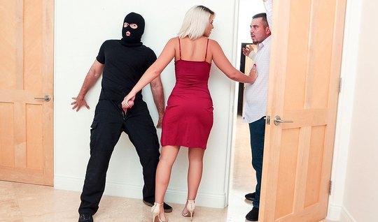 Блондинка в своей гостиной изменяет мужу с плохим парнем с б...